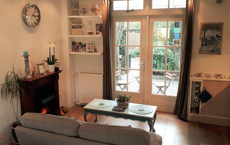 Ontspannende lounge met uitzicht op uw eigen tuin en sfeervolle openhaard.
