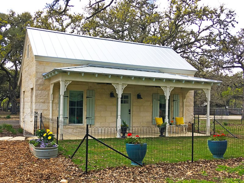 Depot cottage, A country feel in the middle of Boerne, holiday rental in Sisterdale