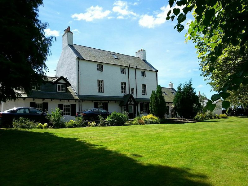Historic Luxury Cottage, Stuc an t Sagairt , Loch Lomond, vacation rental in Gartocharn
