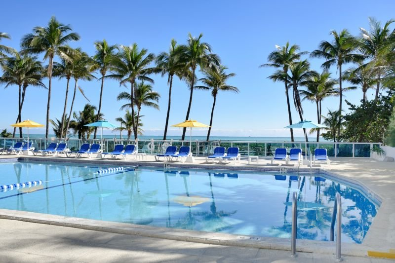 PERFECT BEACH ESCAPE, THREE ELEGANT 2BR UNITS, POOL, TENNIS, GYM, vacation rental in North Bay Village
