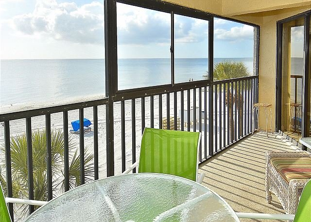Arie Dam #202 - Beach Front/Amazing sunsets/Private balcony/Near John's Pass!, location de vacances à Madeira Beach