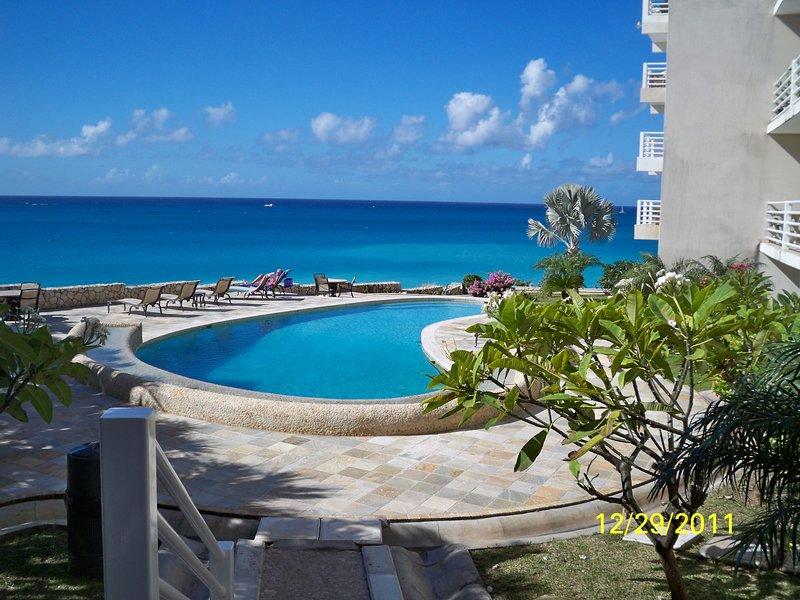 Ocean Front condo with panoramic views, 2 bedrooms/2 bathrooms, location de vacances à Cupecoy Bay