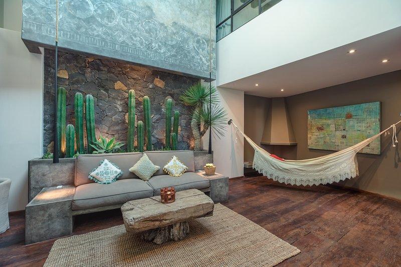 Centro San Miguel with Views & Rooftop Pool | Casa Karina, location de vacances à San Miguel de Allende