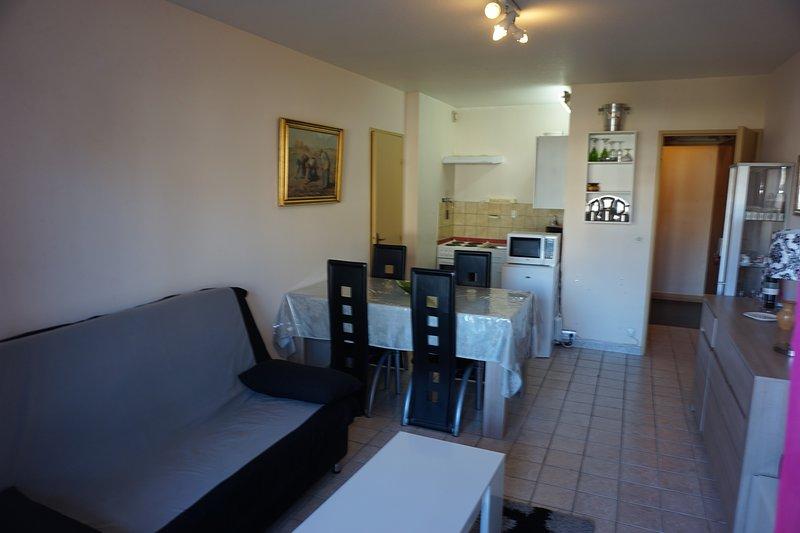 Appartement rez de jardin 150 mètres de la mer, location de vacances à Reviers