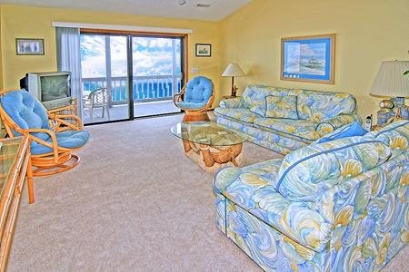 1411 Shipwatch Villas - 3BR Oceanfront Condo in North Topsail Beach with Communi, vacation rental in North Topsail Beach