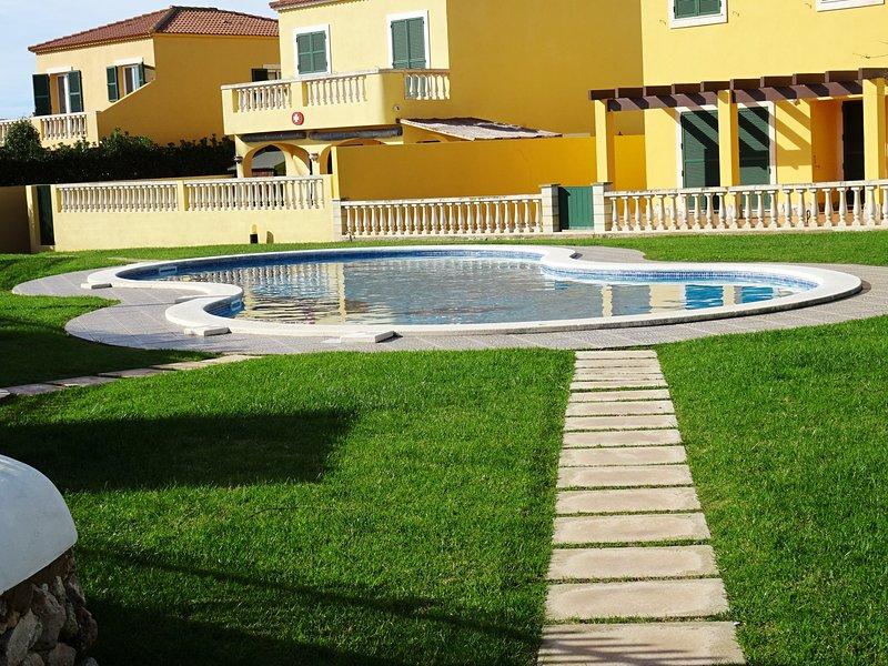 Villa Mediterranea, Cala Blanes Menorca, con piscina comunitaria, Wifi, alquiler vacacional en Menorca
