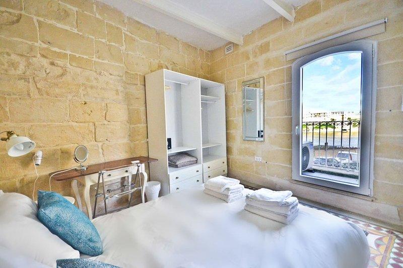 Camera da letto con vista sul balcone del 'Grand Harbour'.