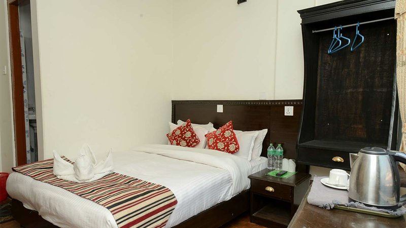 Deluxe Single Large Bed Room #1, vacation rental in Pachbhaiya