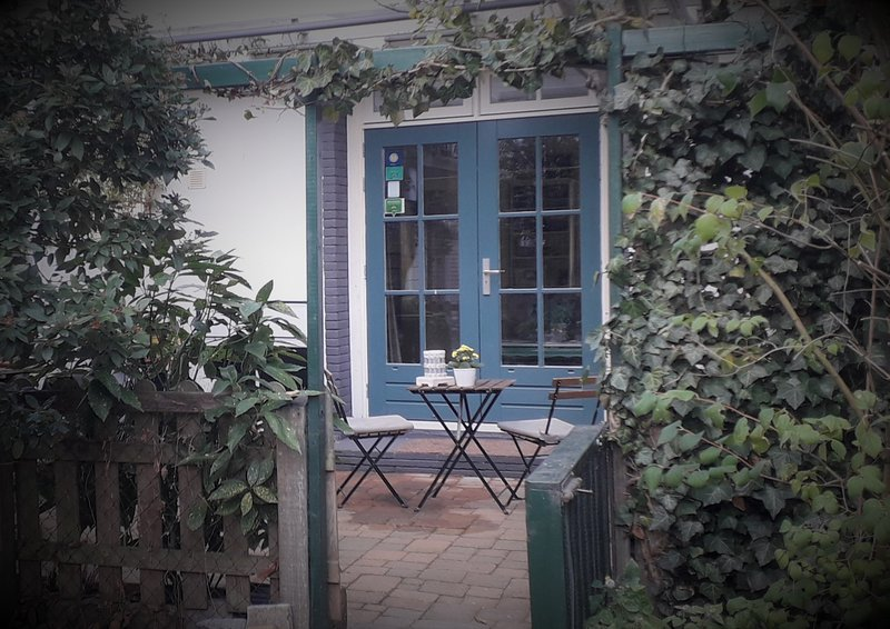 Charming House in Historic Haarlem: includes garden courtyard,bicycles & Netflix, holiday rental in Velsen