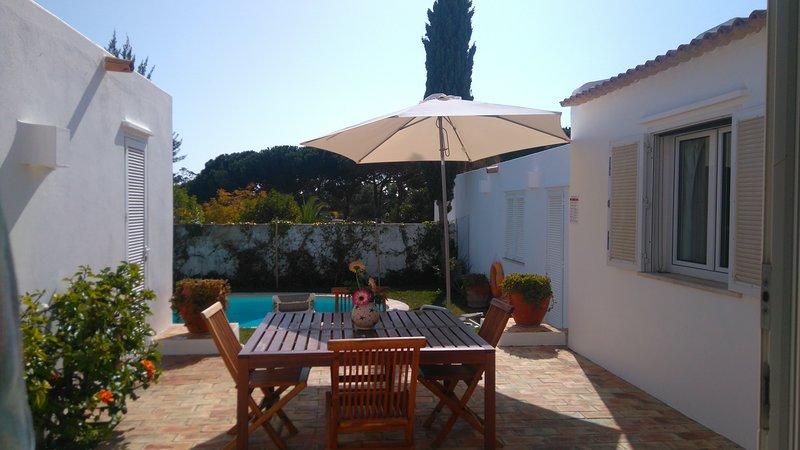 Villa de plain pied proche plages et strip, holiday rental in Albufeira