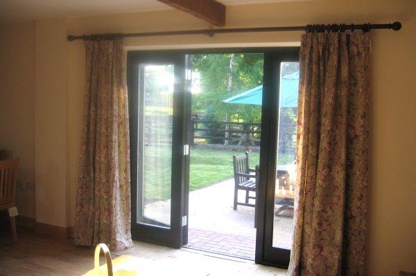 Blick von der Lounge auf den Garten