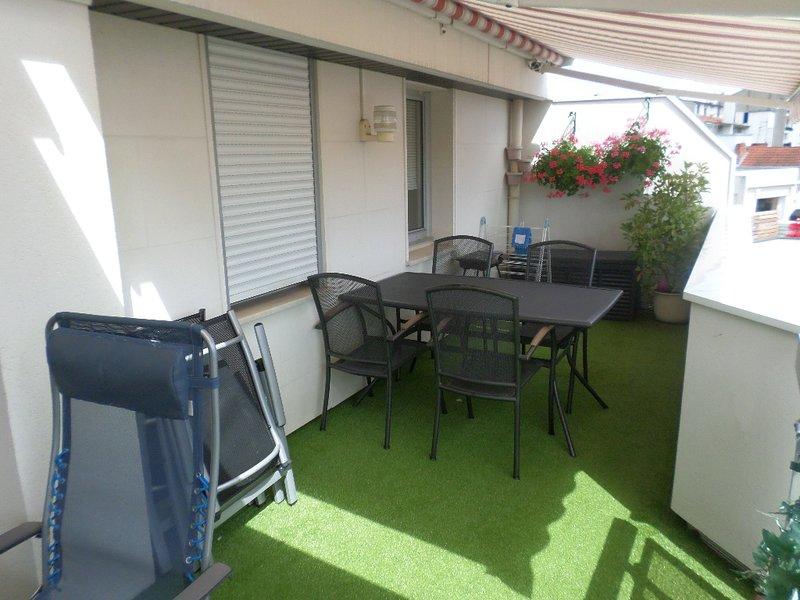 VICHY CENTRE APPARTEMENT AVEC PARKING ET TERRASSE, location de vacances à Bellerive-sur-Allier