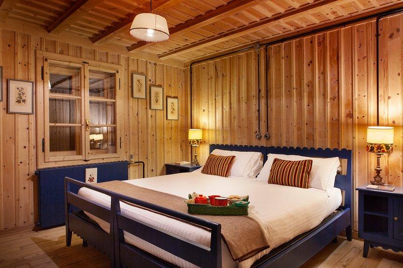 camera letto matrimoniale blu