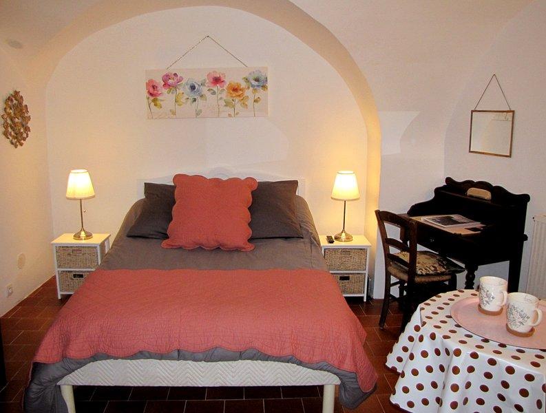 UNE ADORABLE PETITE CHAMBRE INDÉPENDANTE, TRÈS BIEN ÉQUIPÉE., vacation rental in Saint-Andre-de-Rosans