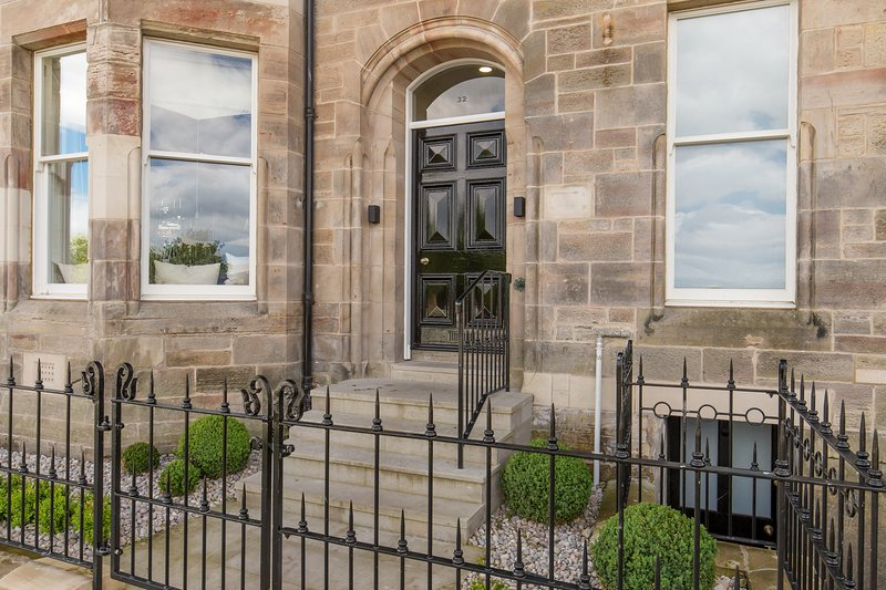 The Scores, St. Andrews, outstanding sea views, 100 yards from The Old Course, holiday rental in Leuchars