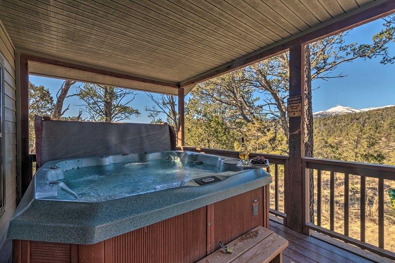 Ruidoso Cabin w/Hot Tub & Fantastic Mountain Views, alquiler de vacaciones en Alto