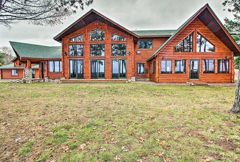 Esci all'esterno per iniziare ad esplorare i terreni che circondano questa casa di tronchi.