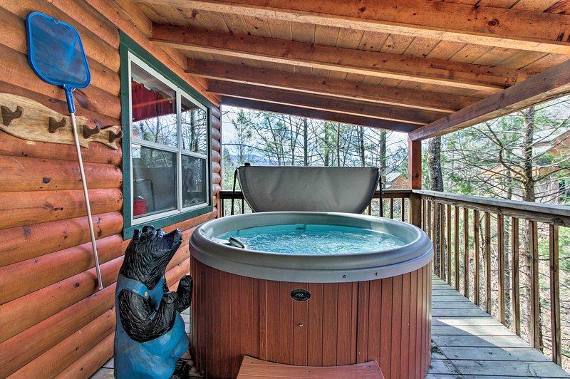 Absorva o ar fresco da montanha na banheira de hidromassagem privativa.