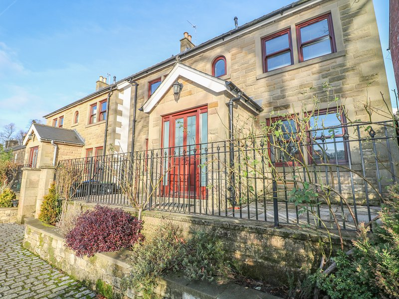 THE LILLIES, stylish house with country views, en-suite, garden, Matlock Ref, vacation rental in Rowsley