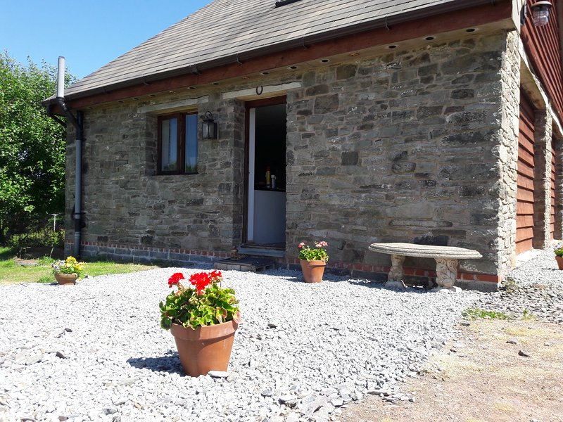 Cosy, smart self-contained stone cottage, 1000 feet up in a peaceful valley, location de vacances à Gwenddwr