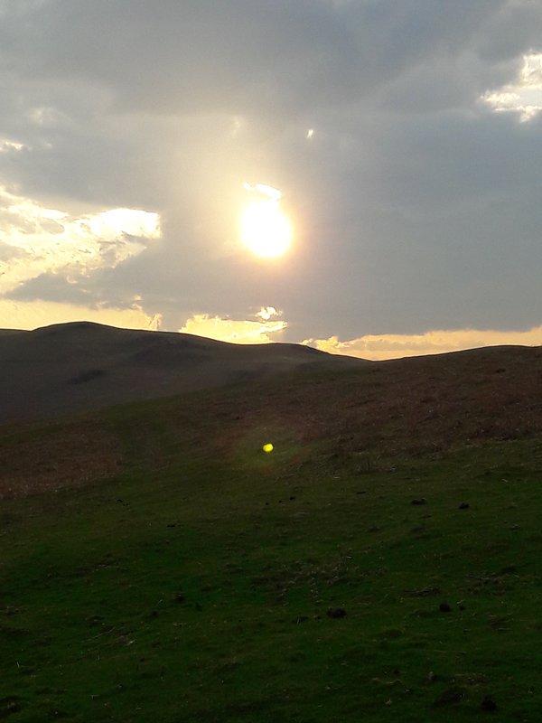 Puesta de sol: las colinas sobre el anexo del granero