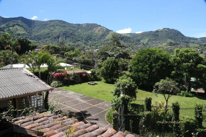 Vue de la Casa Rochy et du jardin.