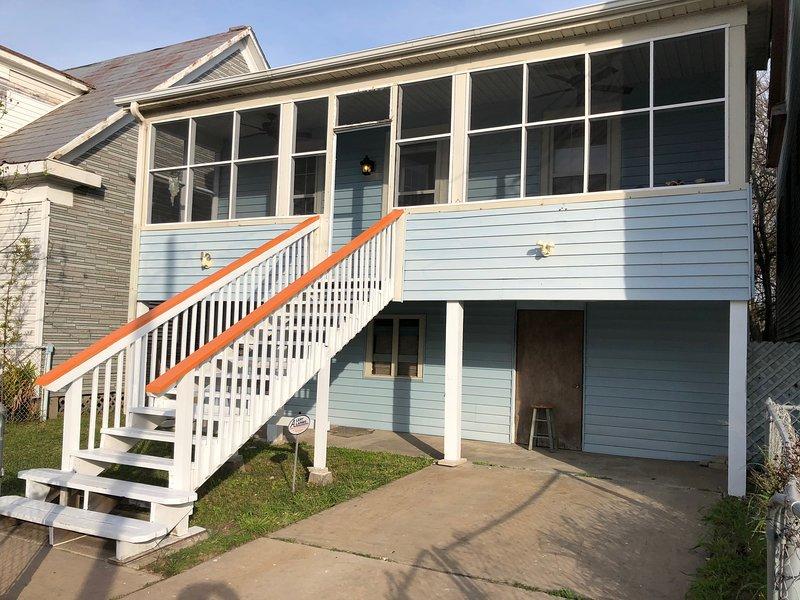 Frente de propiedad. Relájate en el porche. Habitación para 1 auto en entrada