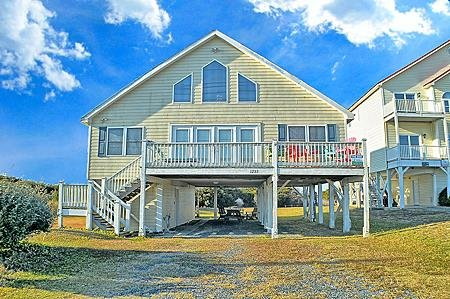 Casa Bella - 4BR House in North Topsail Beach with Ocean & Sound Views, vacation rental in North Topsail Beach
