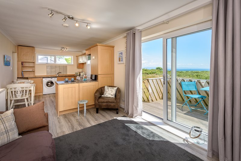 Romantic retreat with far reaching sea views - Sandpipers (SANDPI), aluguéis de temporada em Abersoch