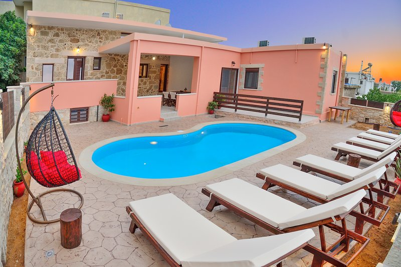 Private pool★10+ sleeps★5min to Falasarna Beach★4Bdr★Walk to Market & Restaurant, vacation rental in Kavousi