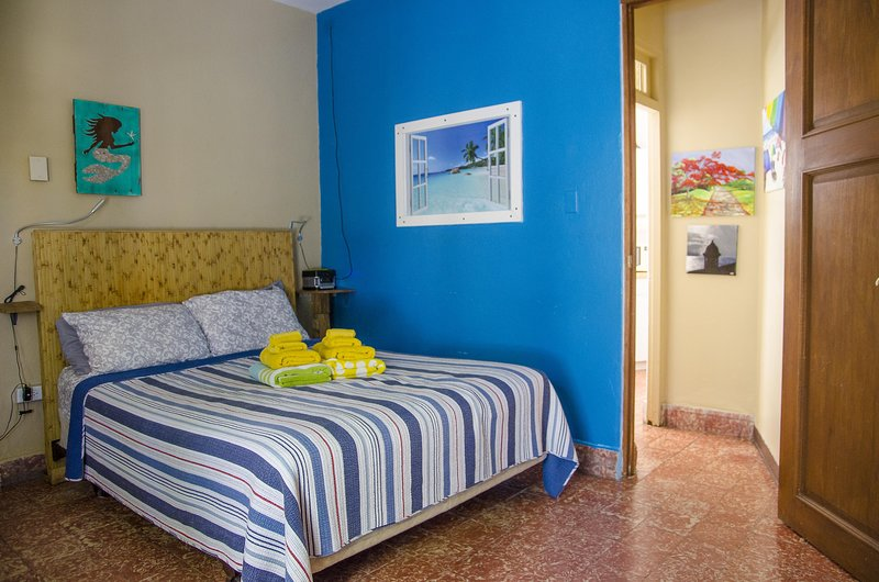 Romantic Studio with Double Shower, steps to beach and close to SJU airport, holiday rental in Toa Baja