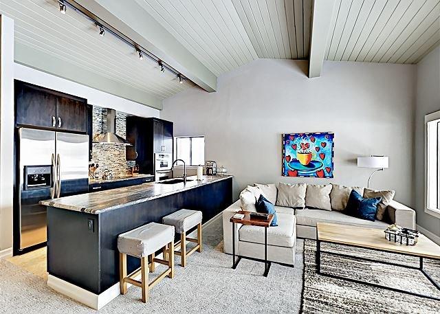 Pinewild Paradise - Updated Condo in Lakefront Community w/ Private Deck, aluguéis de temporada em Zephyr Cove