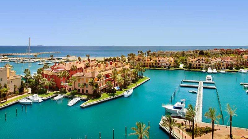 Marina Waterfront Apartment with spectacular views, vacation rental in Pueblo Nuevo de Guadiaro