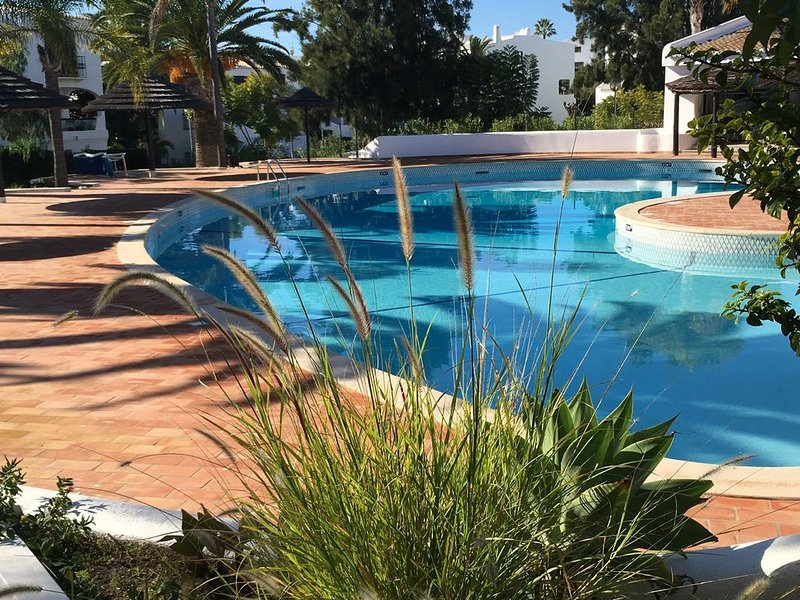 2 Bedroom Spacious Apartment, Stunning Beach Location, Ocean View, Pool & Garden, holiday rental in Sesmarias