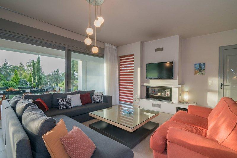 Villa Verano - Spacious 5-bedroom 5-bathroom Villa, holiday rental in Lagopodo