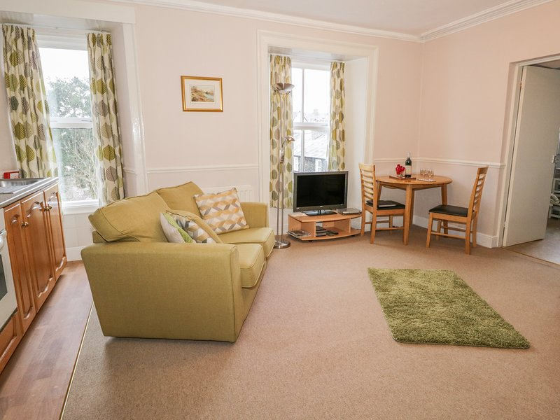 WETHERLAM, first floor studio apartment with WiFi, in Bowness-on-Windermere, holiday rental in Bowness-on-Windermere