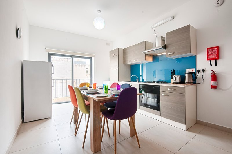 Bright 2 Bedroom Apartment - Free Wifi, holiday rental in Marfa