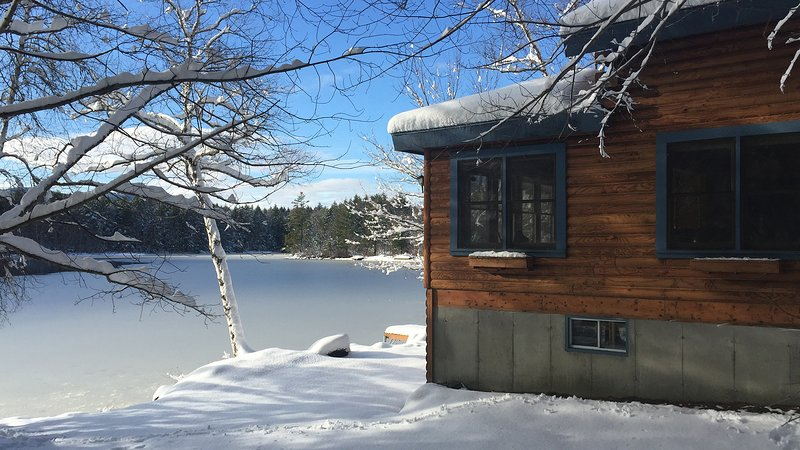 Quarantine you and your loved ones in a safe waterfront log home., vacation rental in Harrison
