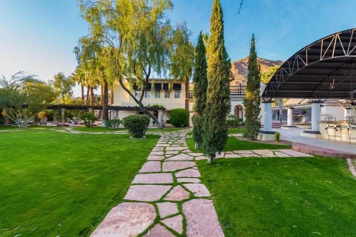 Villa con exuberantes jardines cuidados durante el día