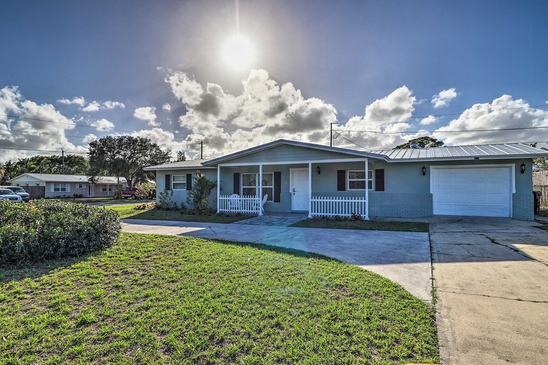 Chic Stuart Home w/Porch+Patio Near the Beach, holiday rental in Port Salerno