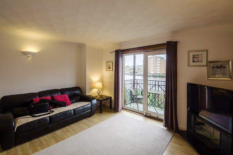 Town Centre apartment with quiet River View, location de vacances à Alloway