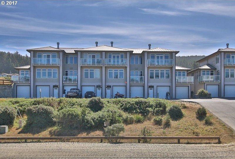 The Pointe Condominiums- Direct Dune and Beach Access, 8 units available!, vacation rental in Reedsport
