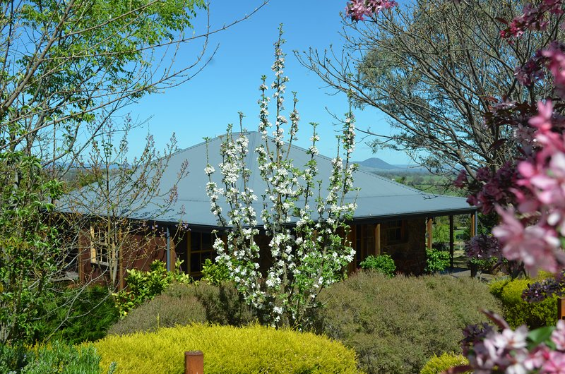 A View to a Hill - Stone Creek Cottage, holiday rental in Myrrhee