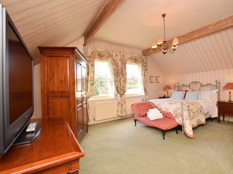 Lindo quarto com teto com vigas