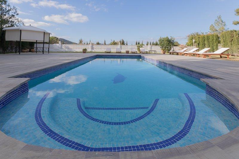 Hermosa casa con 4 dormitorios dobles y gran piscina privada, holiday rental in Sant Josep de Sa Talaia