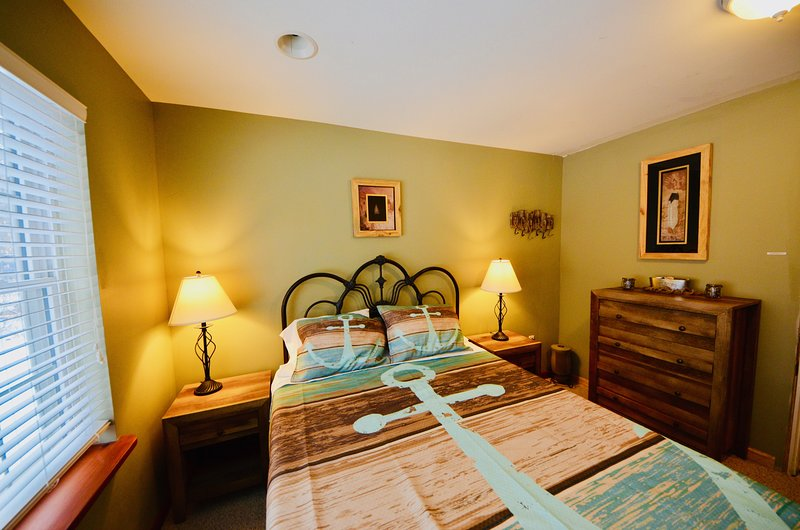 ⛷⛰⛱ Cozy Ski Chalet 2BR ★ Pocono Mt. w/HOT TUB & Fireplace - 1st Fl. Ap, holiday rental in Thornhurst