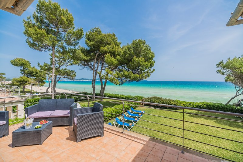 IMPRESSIVE VILLA IN BEACHFRONT, casa vacanza a Playa de Muro