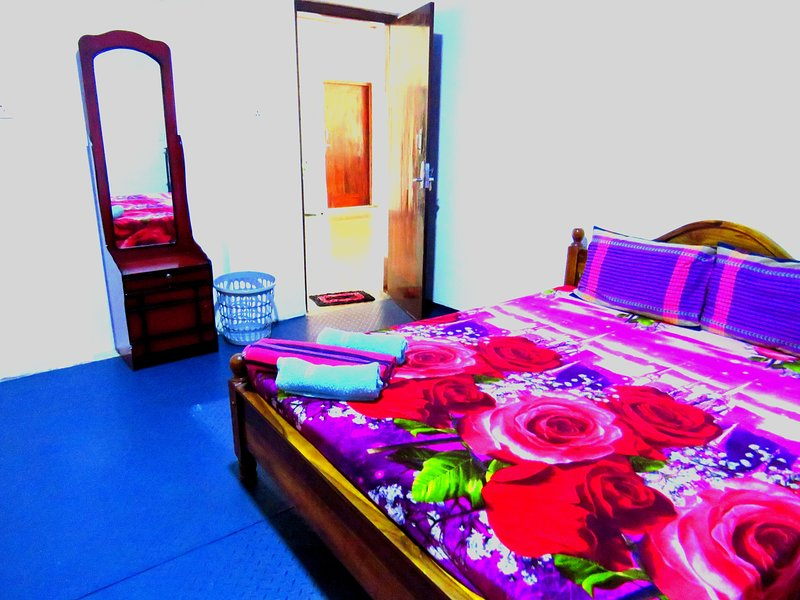 Double Room with Private Bathroom with Hot Water, vacation rental in Waikkal
