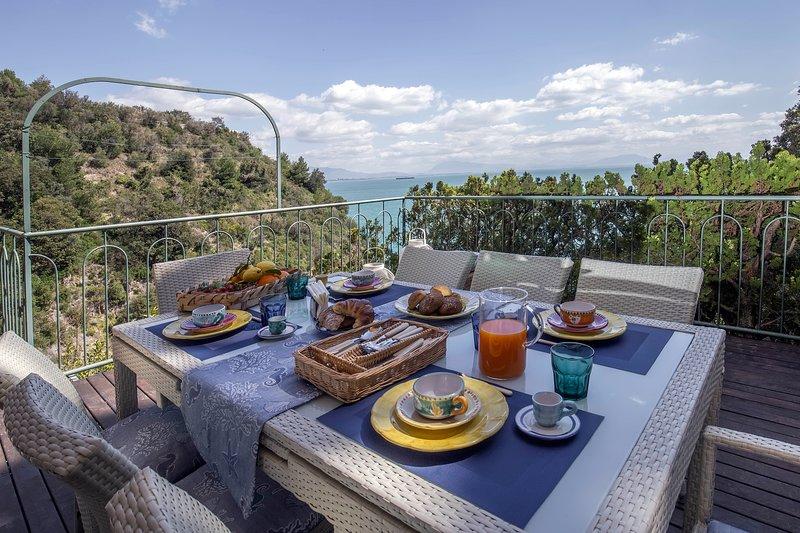 Casa dei Limoni, appartamento di prestigio con accesso alla spiaggia, vacation rental in Erchie