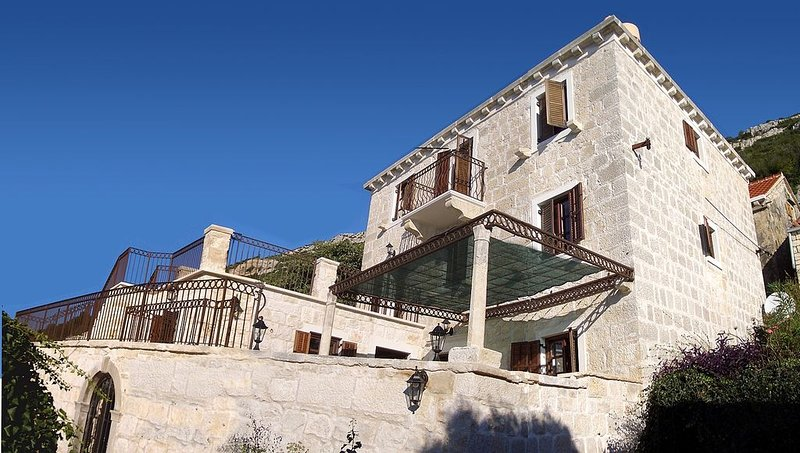 Spacious stone villa with views and private pool, walking distance to the beach, location de vacances à Viganj